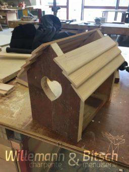 cabane-oiseau-diy-bitsch-menuiserie-découpe-palette-bois-toiture-latte-clou